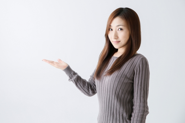 池田屋質店について案内する女性